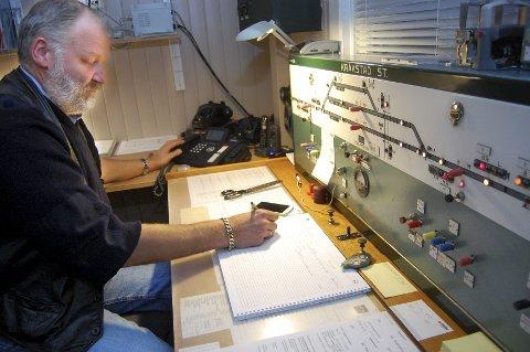 Stillverk fra femtiårene: Det er kabler og releer Trond Hammersten styrer når han kobler om på dette stillverket fra begynnelsen av femtiårene. Nå skal Østre linje moderniseres og bli erfaringstrekning for det nye ERTMS-systemet. (Foto: Bengt Røsth)