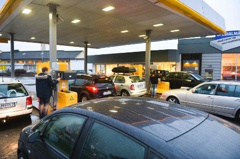 Billig drivstoff = lange køer. Så også denne morgenen på Uno X.