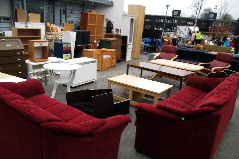 Mange nordmenn liker å handle brukt, også på loppemarkedet. Det er hipt å fylle opp huset med brukte ting, sier forbrukerøkonom.