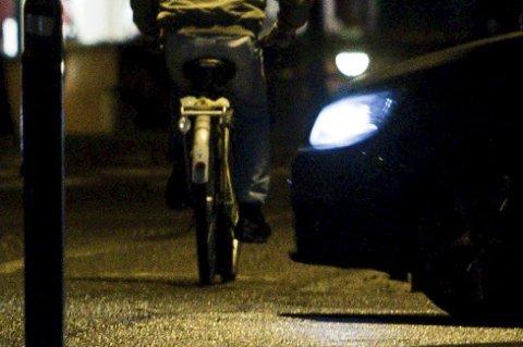 Ifølge Frode Hofset i Skedsmo kommune, sykler så mange som 50-60 prosent av oss uten påbudt lys. - Vinteren er ingen unnskyldning for å la sykkelen stå. Kle deg godt og bruk gjerne piggdekk, så kan du sykle året rundt. Men husk å bruke lys! sier han engasjert.