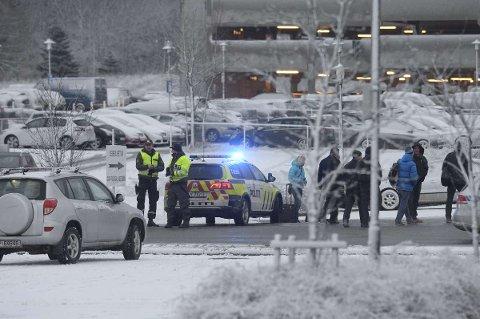Politiet er på plass på flyplassen. Hele terminalen er evakuert, melder politiet.