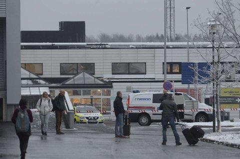 Alle reisende er evakuert fra flyplassen.