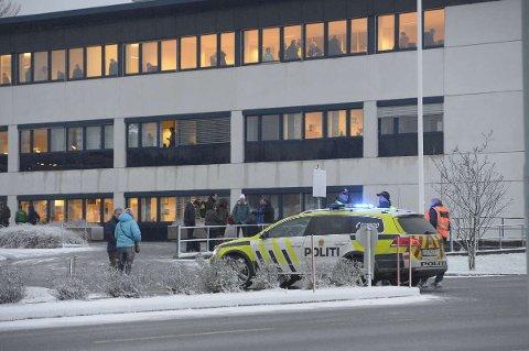 Flere politipatruljer er på plass på flyplassen.