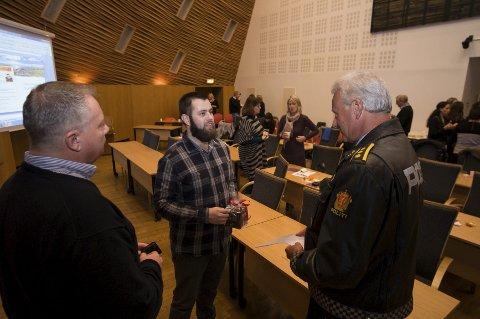 GA RÅD: Yousef Assidiq ga SLT-koodinator Trond Grue og politistasjonsjef Bjørn Lier gode råd. Foto: Jo E. Brenden
