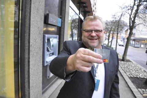 BRUK DETTE: – La Visa-kortet ligge i lommeboka, og bruk kredittkortet når du handler på nettet. Ellers tar du en stor risiko, advarer DNB-sjef Øystein Dyre-Hansen ved bankens personkundeavdeling i Tønsberg. Foto. Asbjørn Olav Lien.