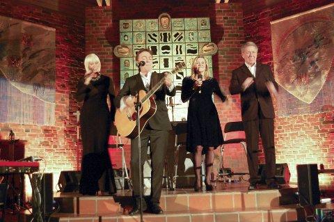 TRADISJON: Marian Aas Hansen, Tor Endresen, Elisabeth Andreassen og Rune Larsen med julekonsert i Ski nye kirke.