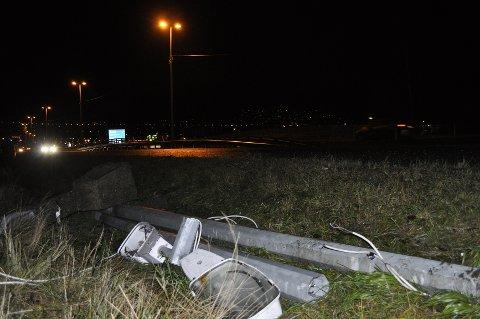 Det var en av stålmastene med belysning i midtrabatten på E18 ved Kjellstad som knakk i vindværet i natt.
