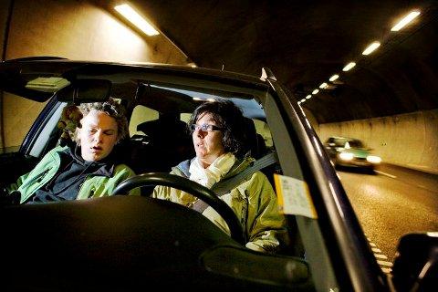 Tone Kristensen og sønnen Hans Petter Kristensen så Audien som kom i feil kjøreretning snu inne i Frodeåstunnelen like før ulykken. Foto: Simen Grytøyr