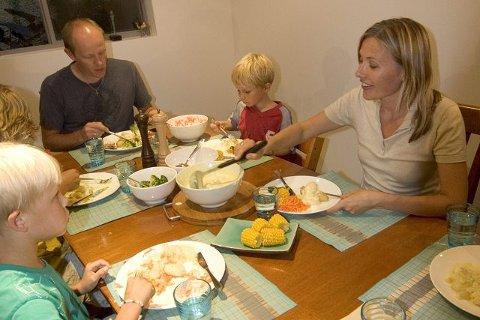 <b>FELLESSKAP: </b>Klokka blir gjerne vel seks før hele familien Vea kan sette seg til middagsbordet. med mat etter samme prinsippene som den nye kokeboka til mamma Margit: Mye smak, gjerne mange farger, men ikke for komplisert. F.v.: Emanuel (8), Gregor (10), nesten skjult, Torgeir, Leon (6) og Margit Vea.