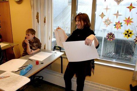 Anita Jakobsen viser fram Håvard Lønning sine tegninger. Og hun er fornøyd, ikke fordi tegningene er symmetriske eller lignende, men fordi hun er fornøyd med måten Håvard Lønning har «satt streken».