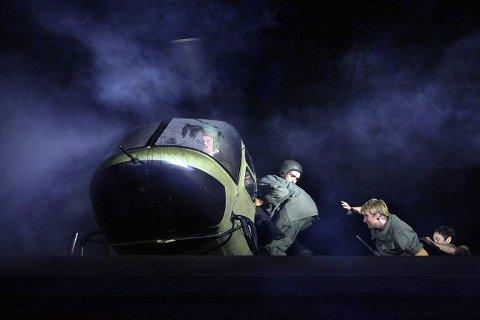 SPEKTAKULÆRT: Flukten med helikopter er imponerende teknisk gjennomført i amfiet.