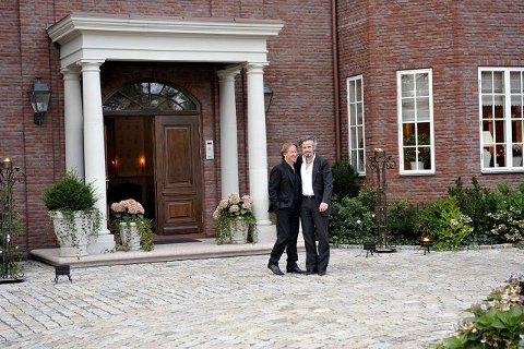 SPRUDLENDE Håkon Sæther og Ari Behn slo av en prat på trappa før resten av vennegjengen inntok førstnevntes hus på Begby fredag kveld. ALLE FotoS: Erik hagen