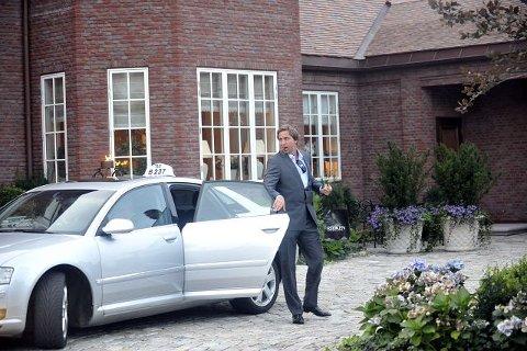 GUTTEN I RØYKEN Den tidligere høydestjernen Steinar Hoen ankom Sæthers fest i taxi.