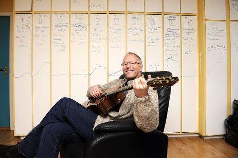 Lars Martin Myhre klimprer på gitaren, tygger på blyanter og skriver partiturer på skapdørene. Kontoret hans bærer preg av å bli bebodd av en produktiv lydkunstner, som fra sitt ståsted peker på hva som er bra og hva som bør styrkes i Sandefjords kulturliv. Foto: Per Langevei