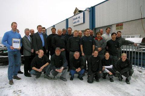 De 28 ansatte hos Skade og Lakk AS jubler over prisen. Verkstedet reparerer rundt 3.000 biler hvert år og omsetter for drøyt 30 millioner i året.  Begge foto: Trond Øyvind Karterud