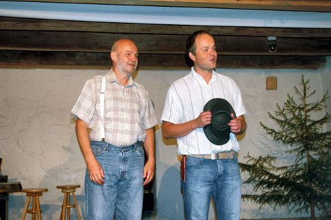 JØRGEN HATTEMAKER: Jostein Østmoen og Torgeir Hanssen fremfører Jørgen hattemaker foran et fornøyd publikum.