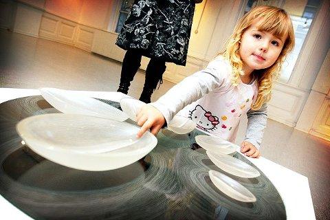 Krøkes tidlig Ylva Eiriksdottir (3) er på besøk ved Østfold Kunstnersenter. Foto: Kjell-Kristian Sikkeland