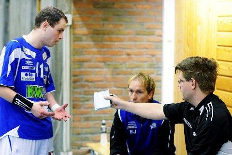 KRISEMØTE: Alexander Jaksland (f.v.), lagleder Espen Jensen og trener Mikael Sjöqvist måtte ta en rådslaging foran den siste perioden.