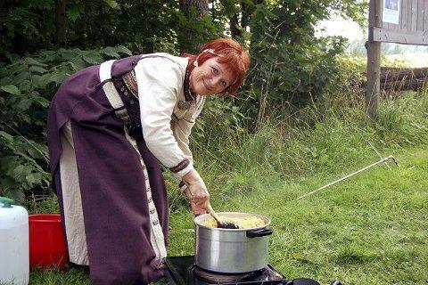 prøvesmaker. Reidun Bollerud er arrangøransvarlig. Hun kan fortelle at ertestuingen er gul fordi de kun hadde gule erter i middelalderen.