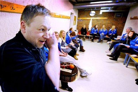 Fotballtrener Levi Reiersrud for damelaget til Åssiden IF ble varm i kinnene og rørt over at han fikk Drammens Tidendes kake til hverdagshelter.