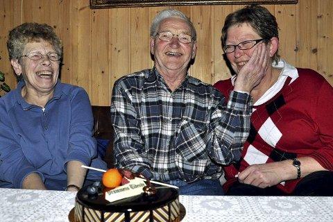 Leif Livrud (73) må klappe henne litt på kinnet, redningskvinnen, som han kaller henne. Åse Aarkvisla (54) (t.h.) ble rørt av kakeoverraskelsen. Hun mener den største takken er å se at Leif ble den samme gamle. Gerd Livrud (73) takker nabokvinnen for at ektemannen hennes lever.
