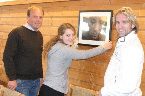 Sykehusprest Jon-Erik Bråthen og kulturansvarlig Helge Harila gleder seg til Trine Kvalnes sin utstillingen. Bildene har budskap.