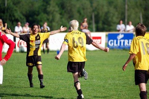 JUBEL. Det var til tider mer jubelscener enn spill på Åskollen i går. Lars Christian Stokka (t.h.) scoret tre mål. FOTO: ØYSTEIN KLØVSTAD LANGBERG