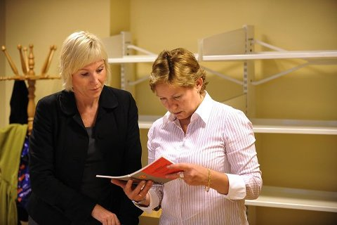 Den 19 år gamle kvinnens bistandsadvokat Monica Lindbeck (t.v.) og aktor Sidsel Wam Nilssen i samtale i rettslokalet.