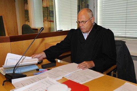 Forsvarer Dagfinn Hodt har ikke klart å komme i kontakt med klienten sin. Den 50 år gamle drammenseren har rømt landet etter at han ble dømt for å ha tvangsgiftet datteren sin.