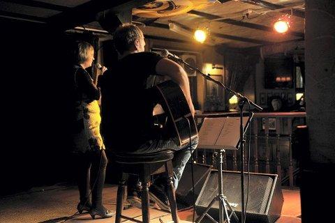 I rampelyset: Det er på scenen Idun Halseth liker seg best. Her akkompagnert av Terje Severin Austvik på gitar. FOTO: EIRIK ASPAAS