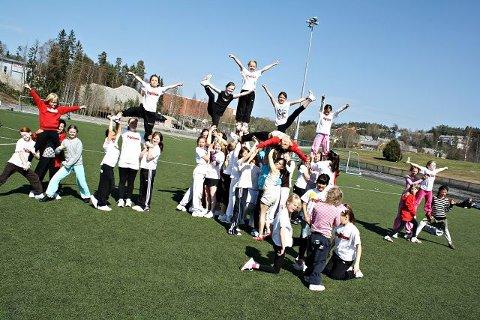Rundt 40 unge jenter vartet opp med imponerende kroppsbeherskelse.FOTO: TERJE RUUD