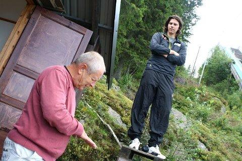 Magnus Brevig og legenden Ludvik Zajc diskuterer hvordan de norske hopptalentene skal hoppe.