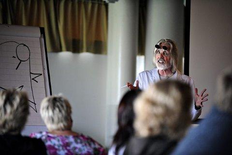 Tor-Arne Johnsen alias Dr. Gunnar Pensum her i sitt ironiske foredrag om røyking. FOTO: OLE KR. TRANA