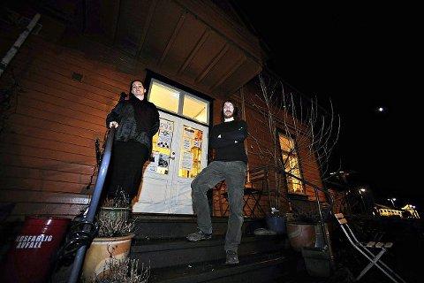 Siv Flaathe og Alf Haakon Lund i Galleri Texas sørger for at kulturlivet blomstrer på Ås stasjon i førjulstiden. To konserter og en utstillingsåpning er helgens program.  FOTO: OLE KR. TRANA