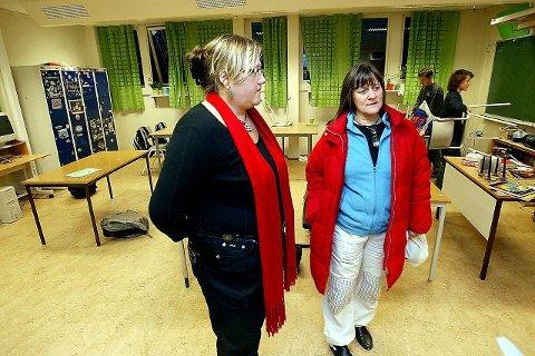 OPPGITTE: Foreldre Jannicke Boge (t.v.) og Hanne Nielsen synes kommunen burde ha tatt tak i problemene ved Siggerud skole for lenge siden. FOTO: BJØRN V. SANDNESS