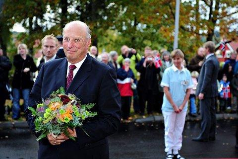 HEDRER: Kong Harald vil mandag kveld hedre oberst Birger Eriksen ved å avduke et portrettmaleri av krigshelten i Oslo Militære Samfund. FOTO: OLE KR. TRANA