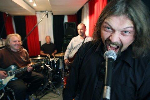 I Jølsens ånd: «Måneskinn og tåke» er tittelen på platen med tekster av den avdøde enebakk-forfatteren Ragnhild Jølsen. – Det er noe av det mørkeste vi har gjort musikalsk, sier vokalisten Henning Bergersen, som er begeistret for Jølsens forfatterskap. De andre i enebakkbandet er (f.v.) Øyvind Henriksen (gitar), Robert Cohn (trommer) og Jørn Gundersen (bass).  Alle foto: bjørn v. sandness
