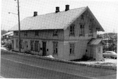 """""""Wergelands Minde"""" i Ski lå i utkanten av Birkelunden, på samme siden av Nordbyveien som Skeidarbygget i dag og rett ovenfor. Dette er huset sett fra veien. Henrik Wergelands hus sto her i drøyt 100 år før det ble revet i 1987."""