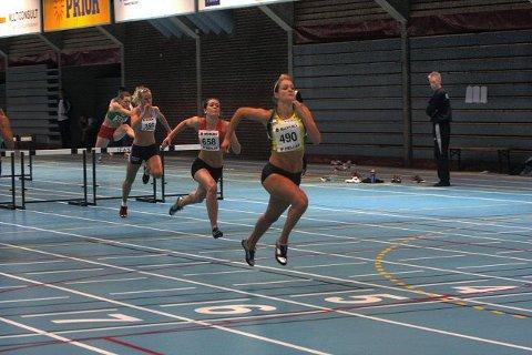 Christina Vukicevic fra Ski IL Friidrett vinner 60 meter hekk foran Christine Skodvin, Kolbotn-jenta som løper for Vidar.