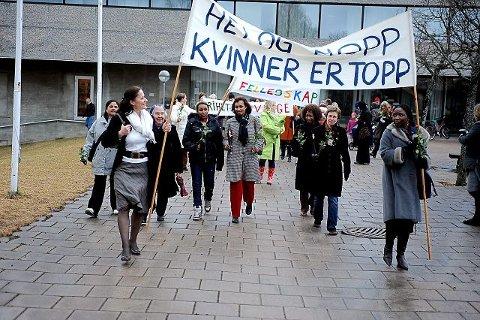 KVINNER OG MANGFOLD: Kvinnedagen på lørdag ble markert med parole og et variert program i Ås sentrum. FOTO: OLE KRISTIAN TRANA