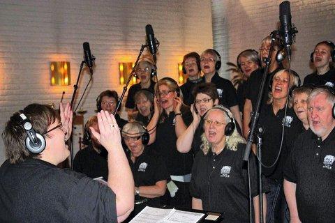 Dirigent Hanne Lie i aktivitet foran gospelkoret Gregos under plateopptaket i Greverud kirke lørdag