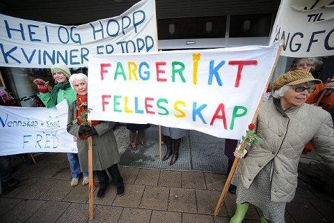 «Kvinner kan» er temaet på årets kvinnedag i Ås. Og at det blir fargerikt, det vil kvinner fra mange land sørge for. Her fra markeringen i fjor.