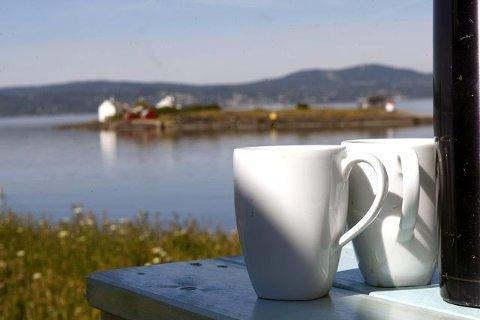 I solsteken er det flott å ta seg en kopp kaffe utenfor hyttene.