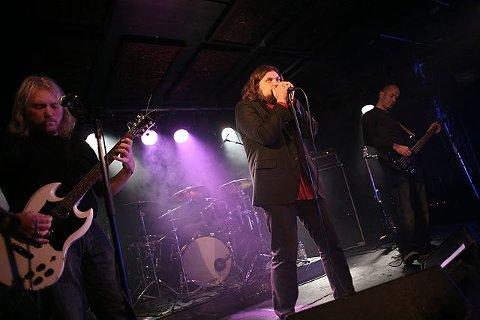 Moys med Øyvind Henriksen, Robert Cohn, Henning Bergersen og Jørn Gundersen produserer en vegg av lyd.