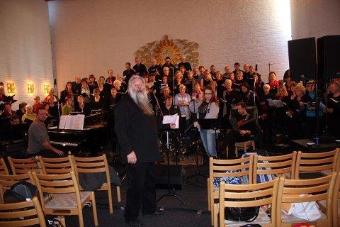 Per Oddvar Hildre var midtpunktet og inspirasjonskilden hele helgen under korseminaret i Greverud kirke. Her fra en av de siste øvingene med solistene søndag ettermiddag. ALLE FOTO: HENRIK AASBØ