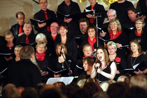 Helgen har vært tett, travel og intens for de mange korsangerne i Greverud kirke. Her fra søndagens konsert med vokalist Reidun Sæther sentral.