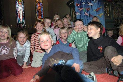 GAVE: Stolte femåringer fra Hundremeterskogen barnehage foran bursdagsgaven de ga til Moss kirke.