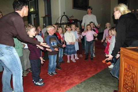 """SANG: """"Hvem er kongen i havet"""", sang femåringene fra Hundremeterskogen barnehage på bursdagsfest i kirken."""
