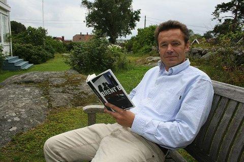 """BEDRIFTSLEDER OG FORFATTER: Erik Grønner er trebarnsfar og er bosatt i Larkollen. Nå debuterer han som forfatter av spenningsromanen """"Brent B"""" på Gyldendal Forlag."""
