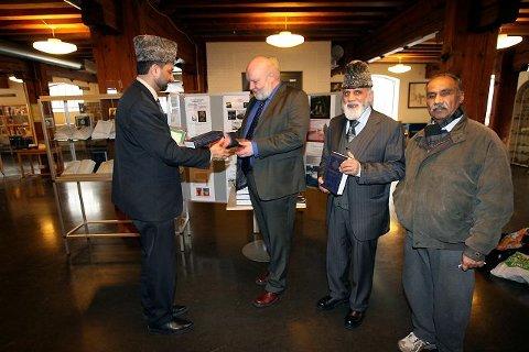 Ahmadiyya-menigheten i islam har Koranen-utstilling på Moss bibliotek frem til 27. april. Her er imam Shahid Mahmood Kahloon (far venstre), mossevaraordfører Knut Lindelien, imam Maqsood A. Virk og Rygge-mannen Mahmood islam Khawaja under gårsdagens åpning.